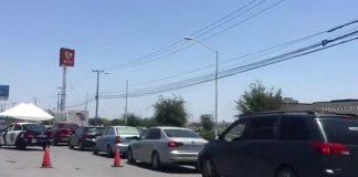 """(Video) Saturan """"drive thru"""" de pruebas COVID-19 en Apodaca"""