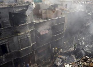 (Video) Se estrella avión en Pakistán con 107 personas a bordo