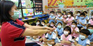 Niños vuelven a las aulas en Hong Kong