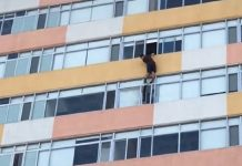 Video: Captan a hombre colgando de edificio