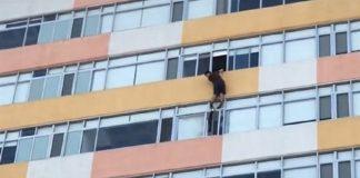 Video: Captan a hombre colgando de edificio