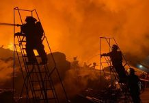 Bomberos NL controlan incendio en empresa recicladora en Guadalupe